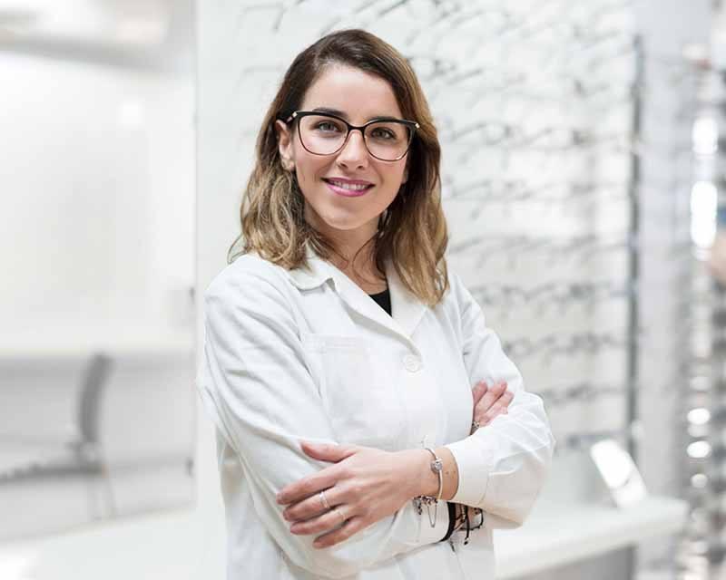 Optiker präsentiert Brillen.