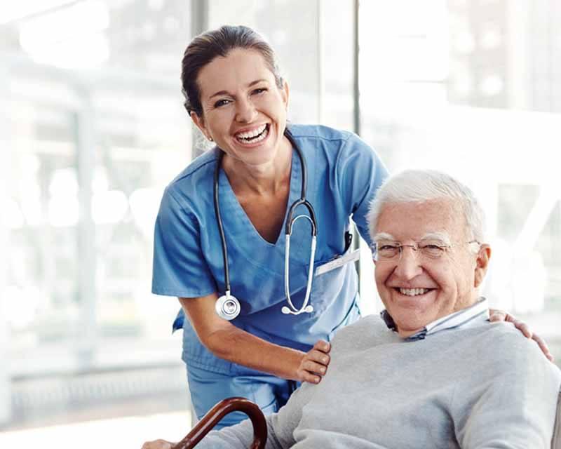 Pflegedienst versorgt älteren Patienten.