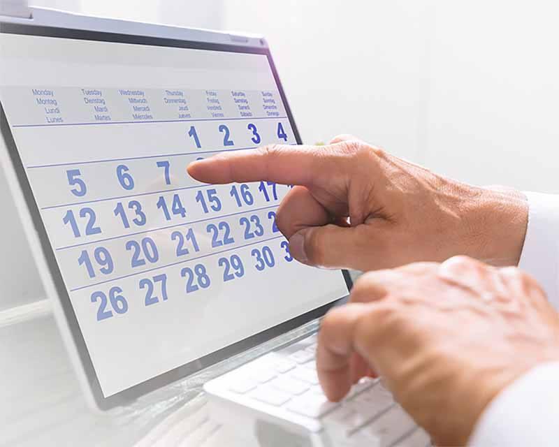 Jahresabschluss Arbeiten am Kalender.