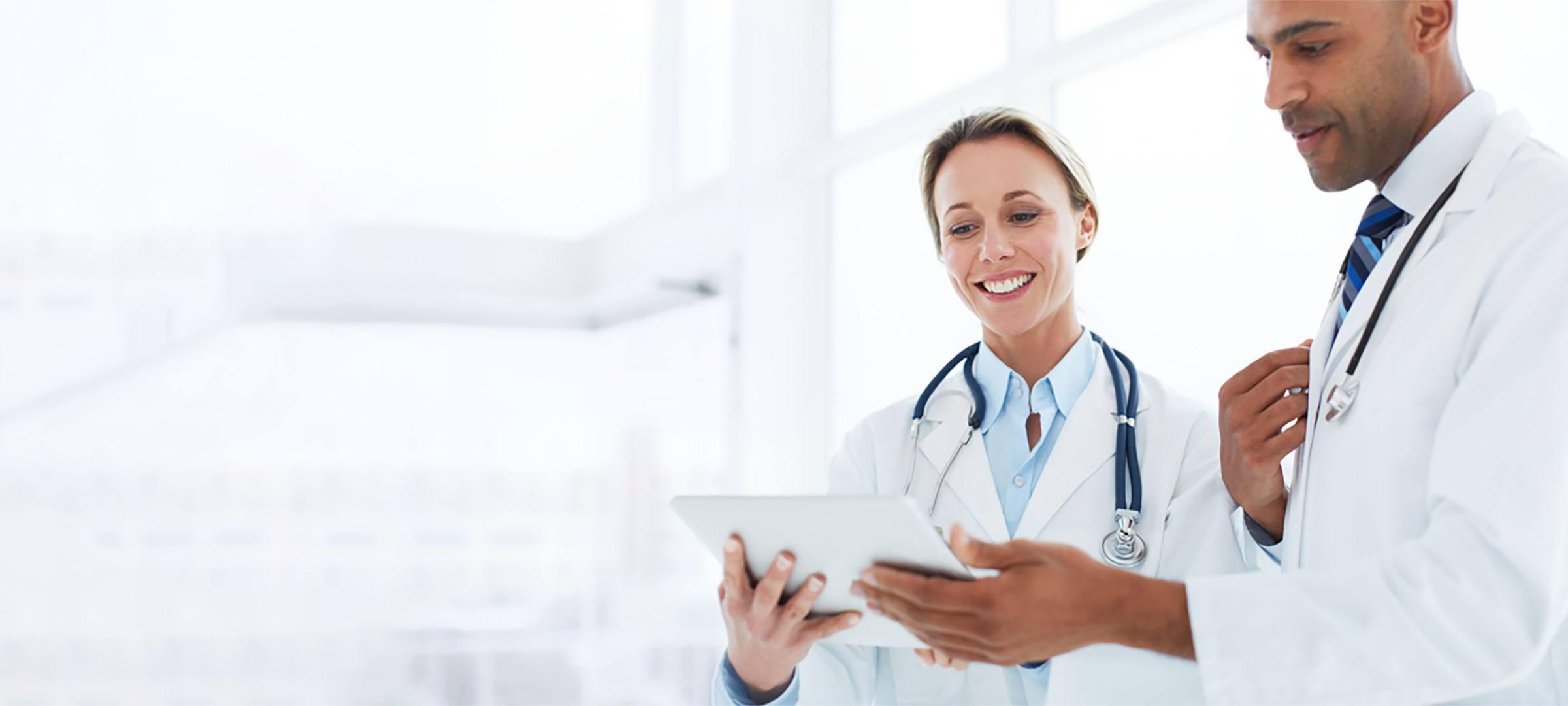 Zwei Ärzte arbeiten in ihrer Berufsausübungsgemeinschaft.