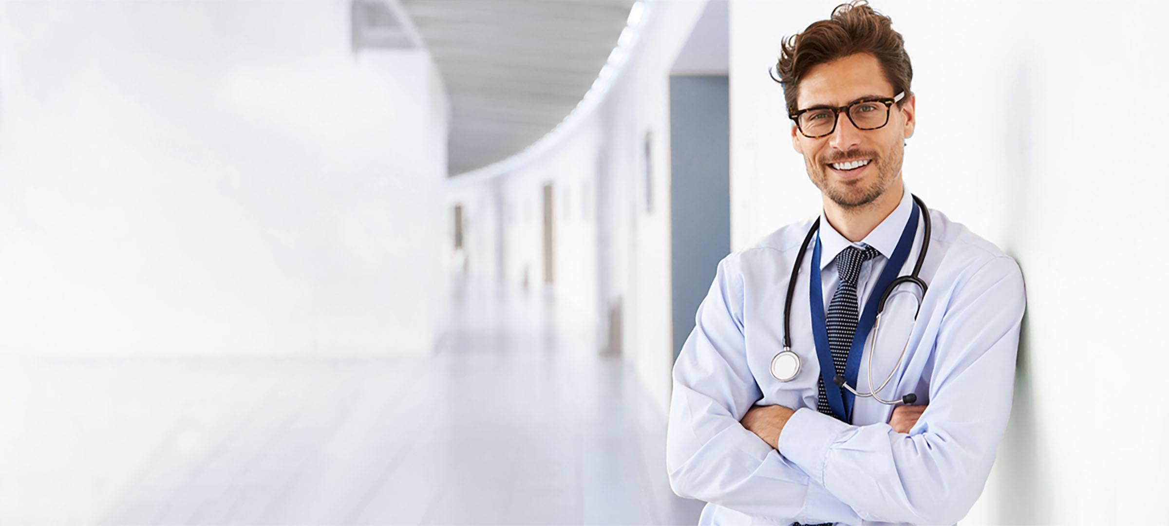 Junger Arzt bei der Praxisgründung.